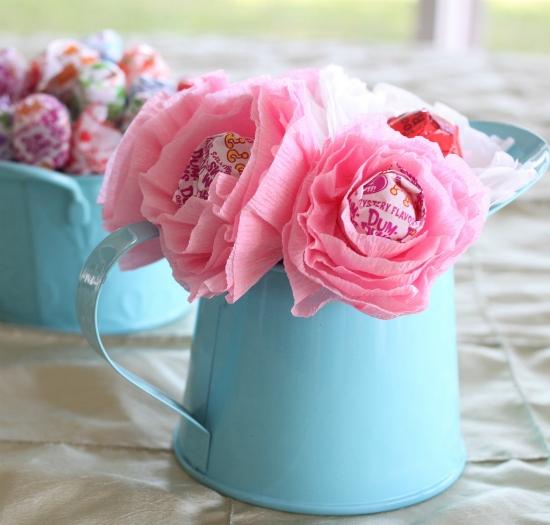 Нежный и необычный декор на праздник - цветы из бумаги с конфетами внутри