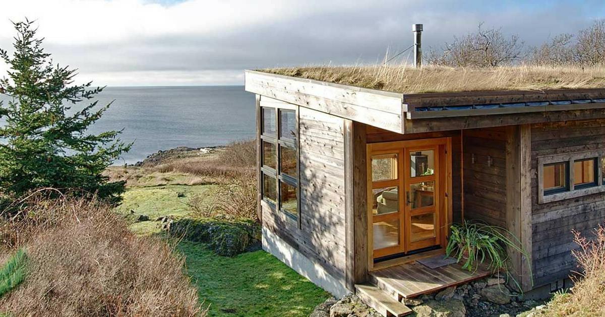 Деревенский домик с дерновой…