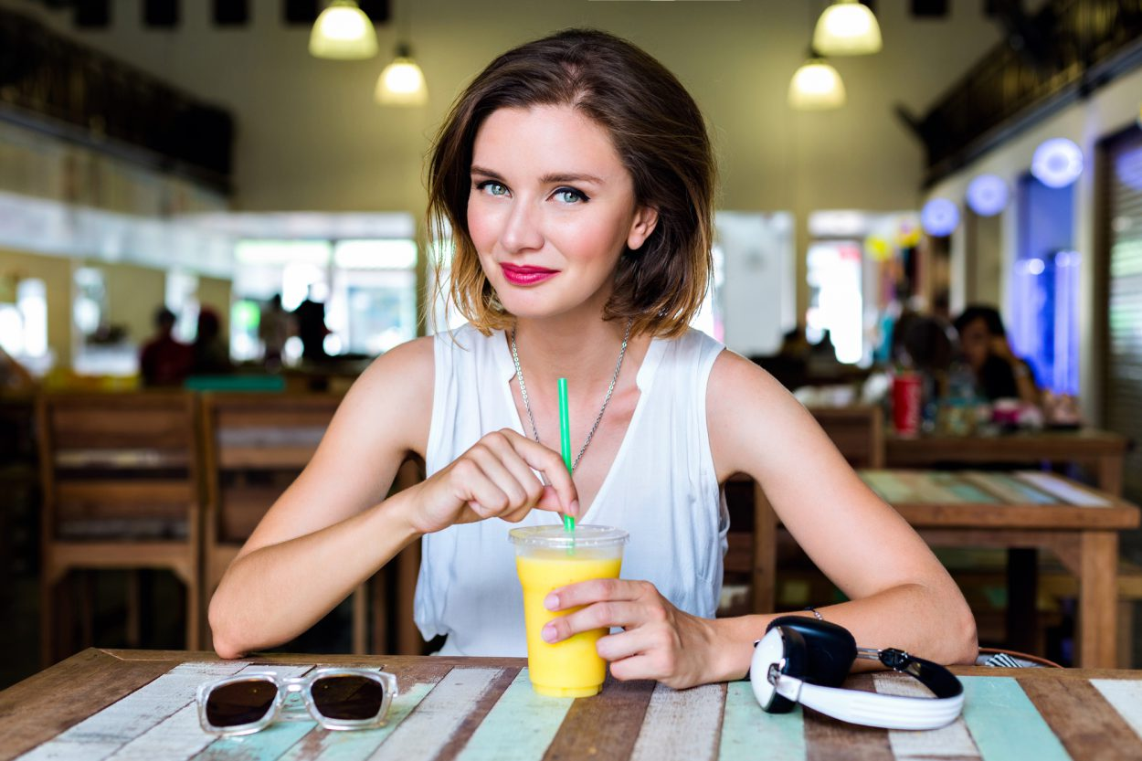 Увидел я раз в кафе симпатичную девушку и решил к ней «подкатить»…