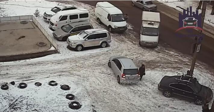 Женщина, сдавая назад на парковке, впечатала пешехода в другую машину