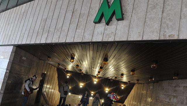 """Голый мужчина разгуливал в киевском метро, курил и угрожал """"объятиями"""""""