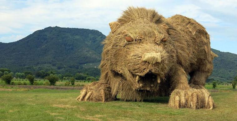 «Страна восходящей соломы»: В Японии создали соломенных чудовищ