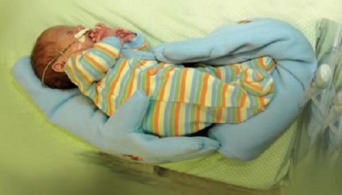 Мама прикрыла недоношенного ребеночка перчаткой. Медсестры были глубоко тронуты…