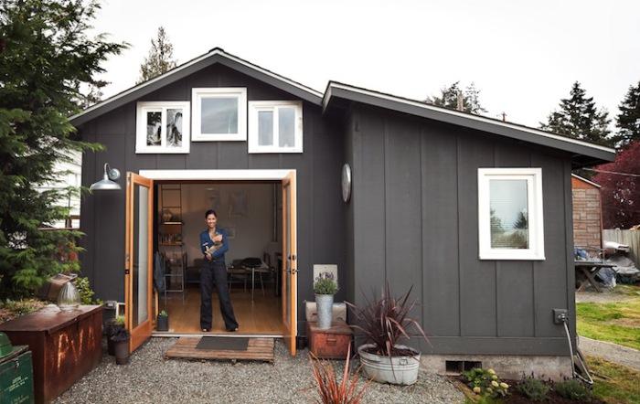 Девушка сама перестроила гараж. Прекрасная идея переделки старья в уютный мини-домик!