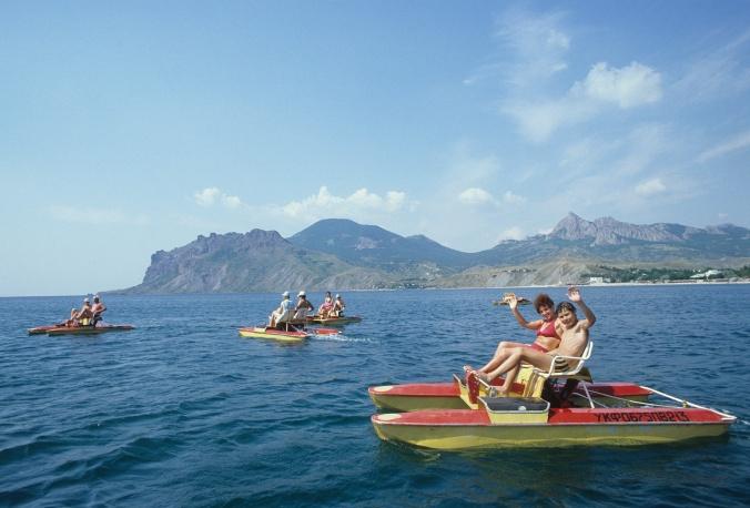 """Отдыхающие турбазы """"Приморье"""" на водных велосипедах в Коктебельском заливе, 1984 год"""