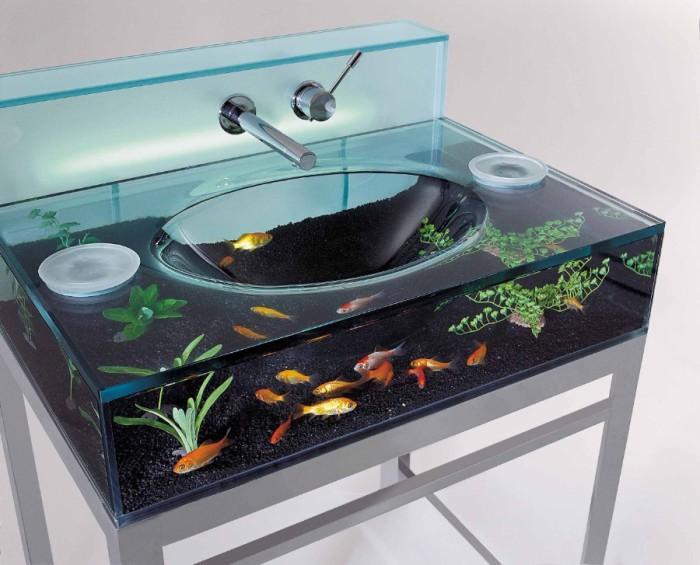 Необычный умывальник с аквариумом.