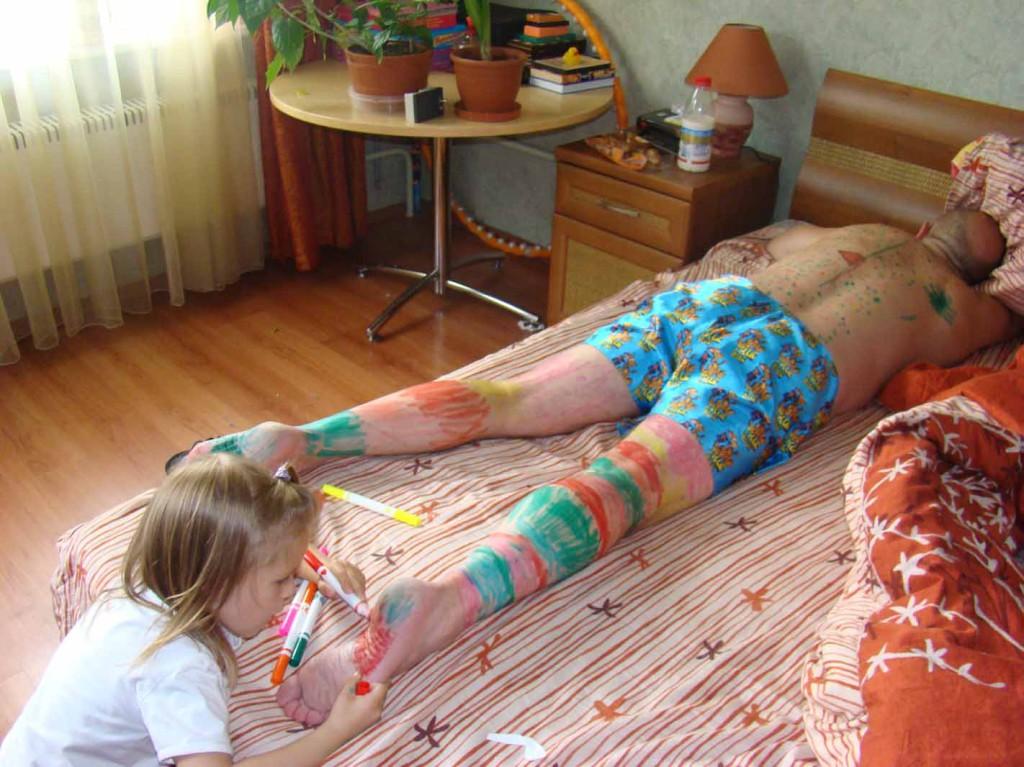 рассказ руку в трусы спящей мамы
