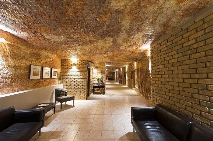 Оформление жилья под землей мало чем отличается от привычных интерьеров (Кубер-Педи, Австралия). | Фото: pikabu.ru.