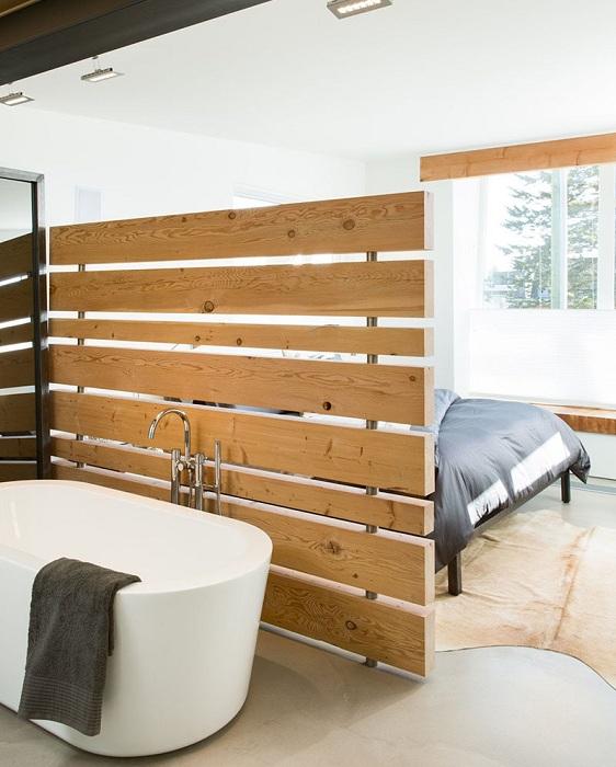 Правильное разделение пространства спальной и ванной комнаты.