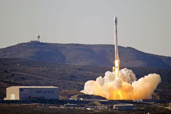 ВСША запустили ракету Falcon 9 сдесятью спутниками связи