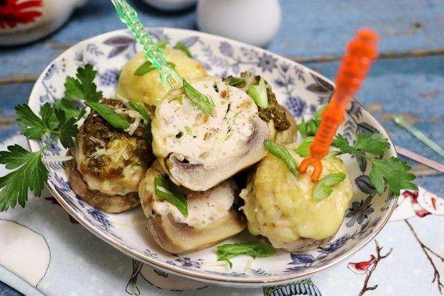 Фото к рецепту: Запечённые шампиньоны с куриным фаршем