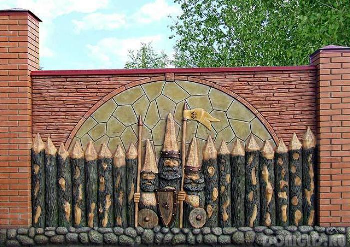 Декор забора стволами деревьев.