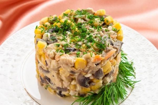 Салат с кукурузой, грибами и курицей