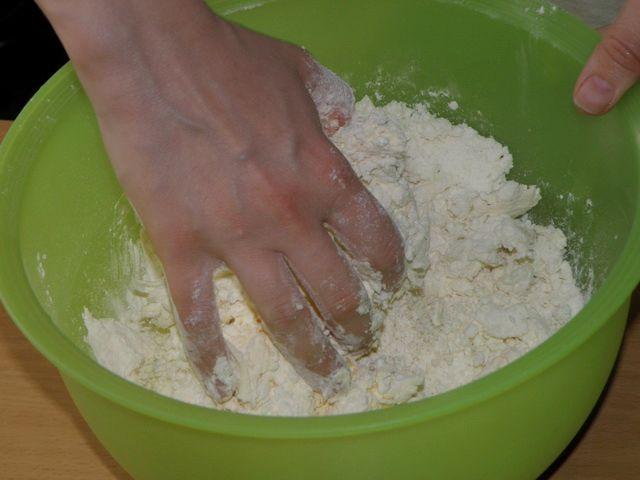 Перемешиваем муку с маргарином и творогом. пошаговое фото приготовления творожного печенья