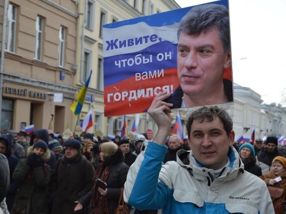 Удальцов возложил цветы к месту убийства Немцова