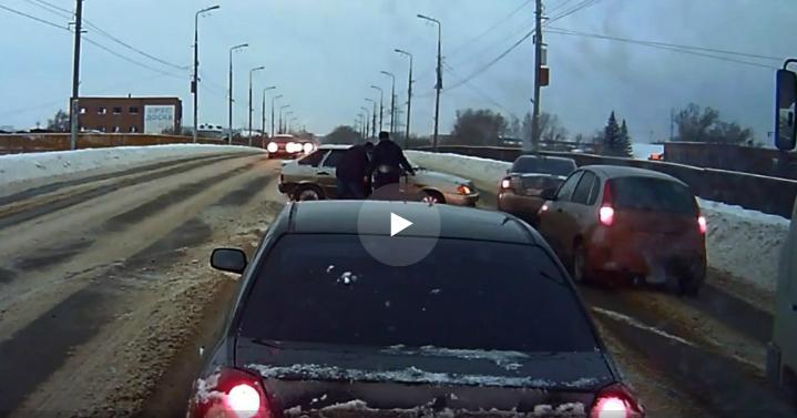 Очевидцы выбросили с моста ключи от машины пьяного водителя