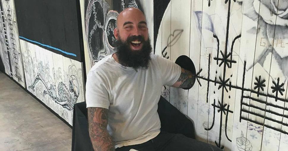 Дырка с сюрпризом: мастер предлагает сделать людям тату бесплатно, если они сунут руку в отверстие