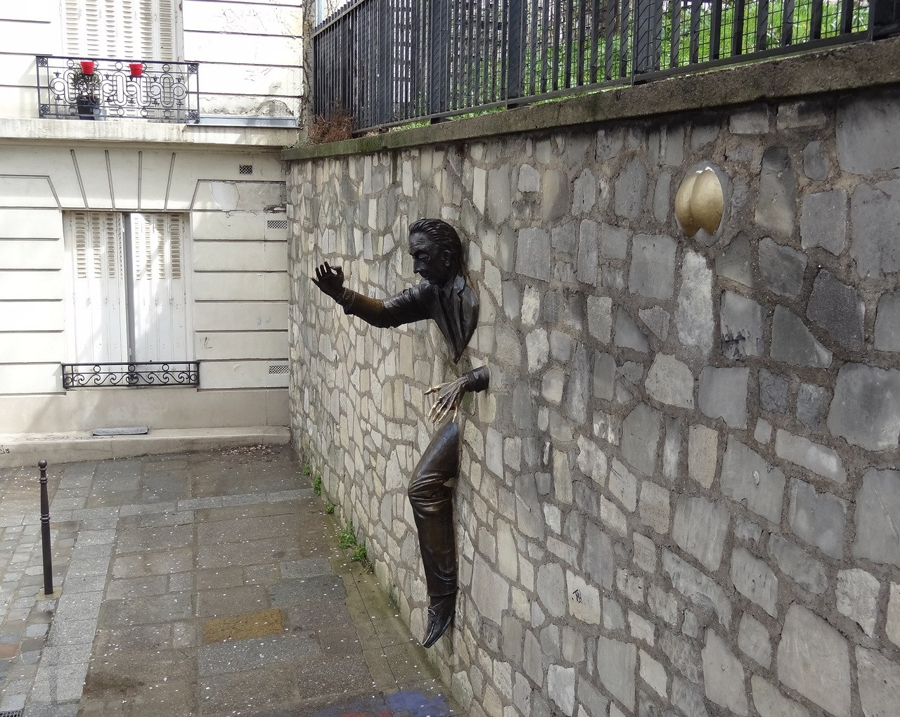 Мужик, торчащий из стены