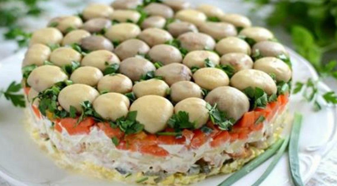 Слоеный салат «Грибная поляна» — чрезвычайно нарядное и вкусное блюдо.