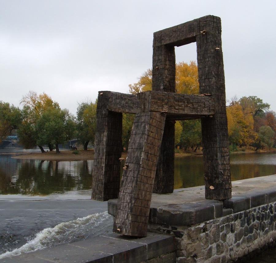 Необычные памятники Праги. Скульптура «Стул на Влтаве»