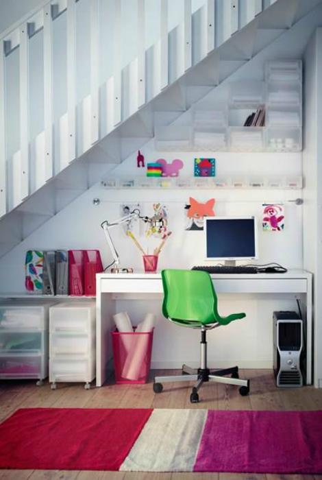 Рабочий стол под лестницей.