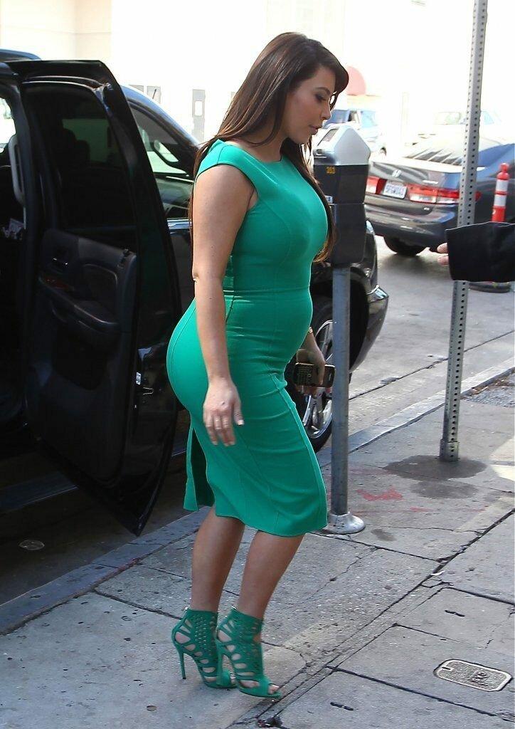 Ким Кардашьян в облегающем зеленом платье. /Фото: favera.ru