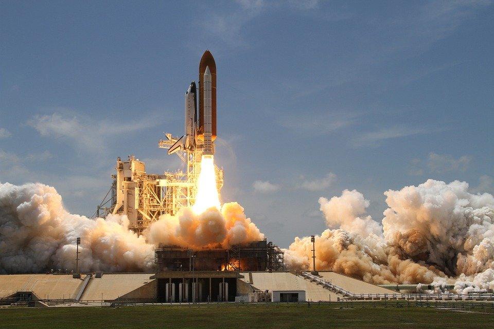 Ракета-носитель Falcon 9 с грузовым кораблем Dragon успешно стартовала к МКС