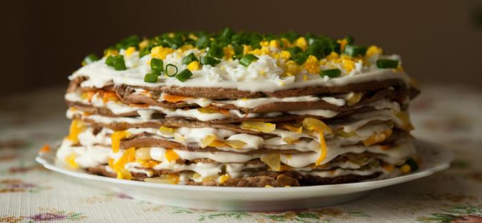 Печёночный торт с омлетом.  Фото: yandex.ua.