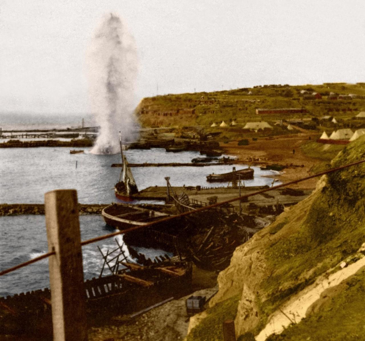 Взрыв снаряда у берегов Галлиполи, 1915 г. архивное фото, колоризация, колоризация фотографий, колоризированные снимки, первая мировая, первая мировая война, фото войны