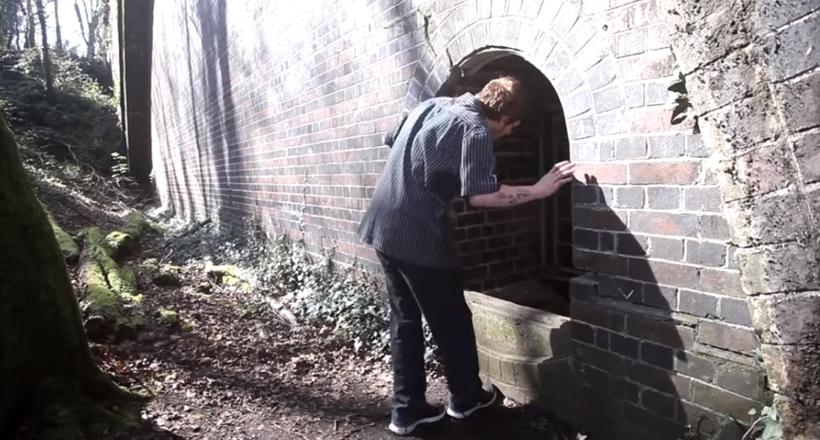 Видео: Парень шутя крикнул в развалины, но, когда ему ответили, пошел узнать, кто там