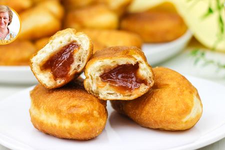 Фото к рецепту: Жареные пирожки с повидлом как в детстве