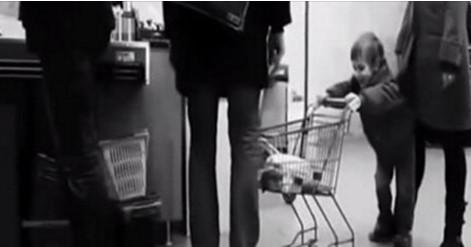 Мальчик специально бил мужчину тележкой по ногам. То, что произошло потом, послужит ему уроком (видео)