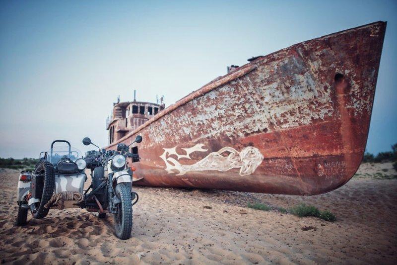 Муйнак, Узбекистан. Бывший порт на берегу высохшего Аральского моря монголия, мотоцикл, мотоцикл с коляской, мотоцикл урал, путешественники, путешествие, средняя азия, туризм