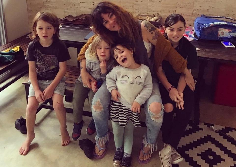 Пьяные родители— довольные дети: мать шестерых малышей рассказала опользе алкогольных вечеров