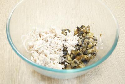 В миску мелко нарезать куриное филе и смешать с грибами.