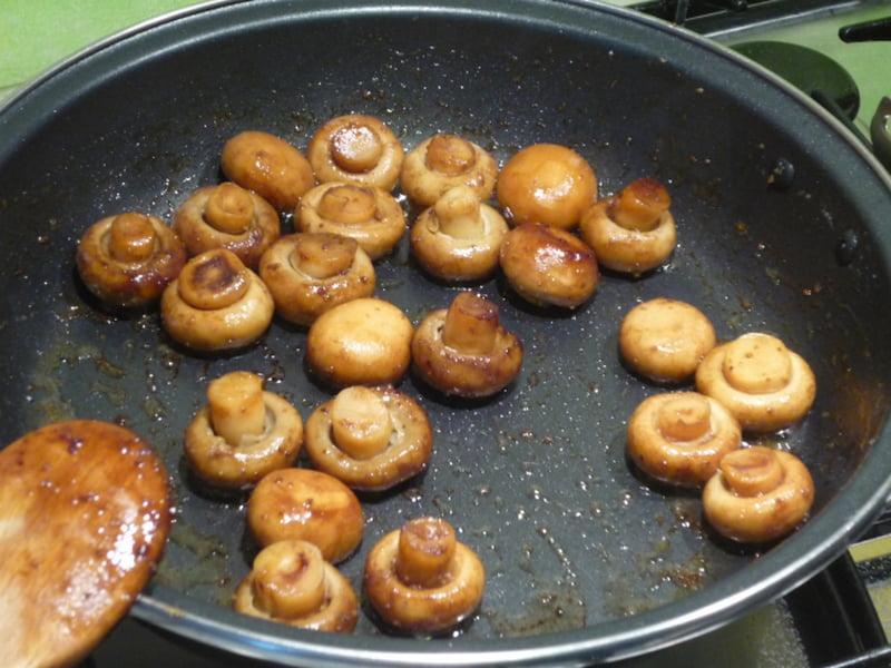 жаренные шампиньоны на сковороде