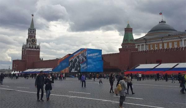 Мавзолей Ленина снова обшит фанерой к 9 Мая. Правильное решение? Опрос