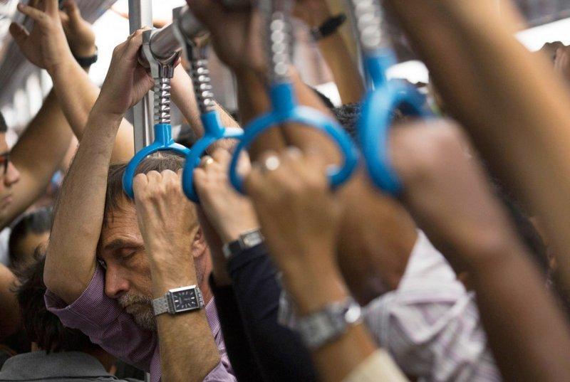 Железнодорожный транспорт — самый используемый в мире в час пик. Ежедневно миллиарды людей пользуются поездами, метро и электричками во всех их проявлениях, чтобы добраться на работу или с работы. Эта фотография сделана в Рио-де-Жанейро в мире, дорога, езда, люди, пробка