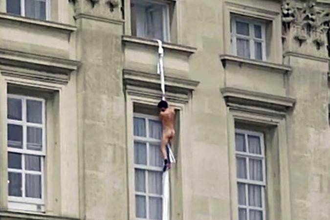 1. Вся Британия обсуждает эту ситуацию. Мужчина убегает из Букингемского дворца. Фейк? девушки, смешно, сосед в окне, фото