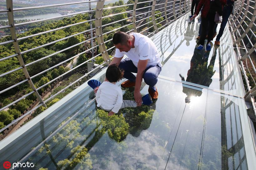 Толщина меньше коробка спичек: в Китае появился новый стеклянный мост над пропастью
