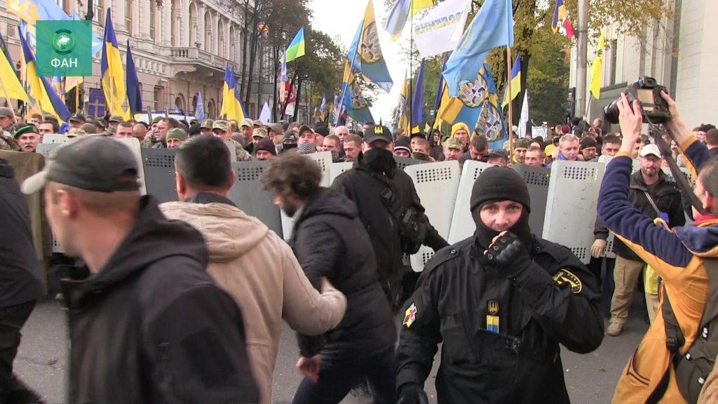 МВД Украины просит митингующих вернуть отобранные у бойцов Нацгвардии щиты