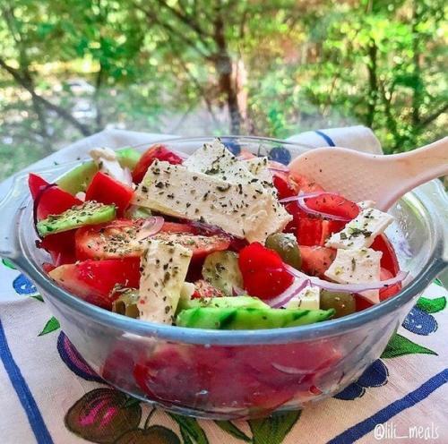 Греческий салат. Кбжу на 100 грамм — 132/5/11/3, 5.