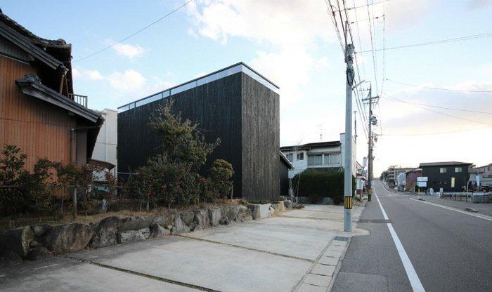 Черные дома без окон в Японии