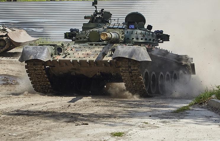 Порошенко отправил в Донбасс группу танков Т-80