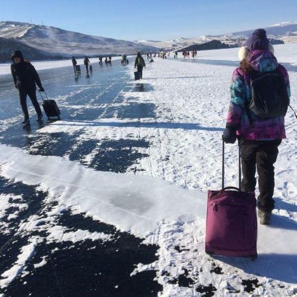 Туристы с чемоданами массово переходят Байкал из-за очередей на хивусы
