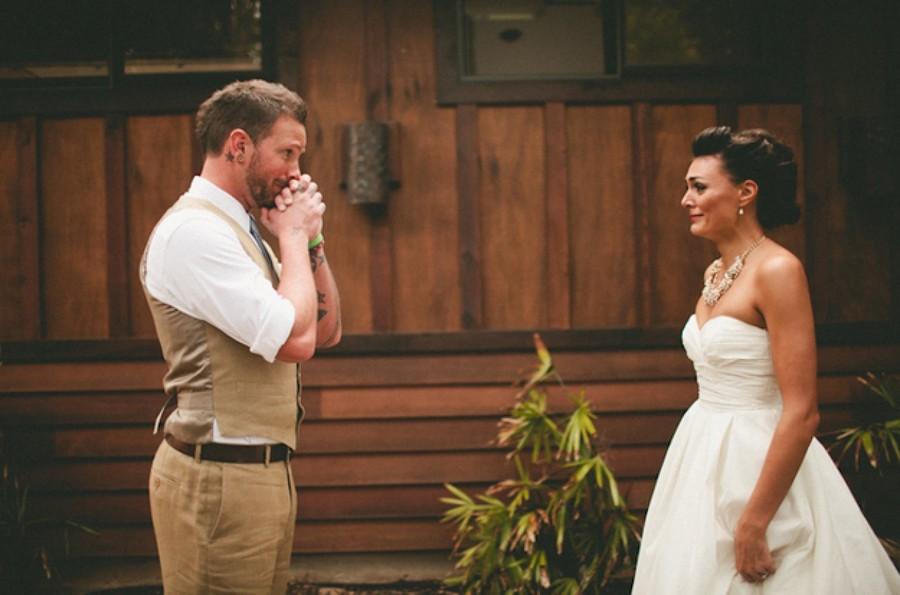16 трогательных снимков мужчин, которые впервые увидели своих невест всвадебном платье
