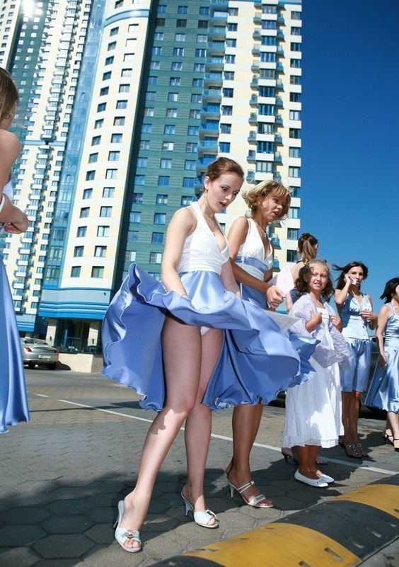 Фото ветер поднимает девушкам платье