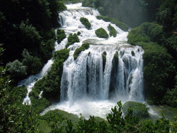 Мраморный водопад Италия. Каякам здесь не место. Самые причудливые и величественные водопады планеты. Фото с сайта NewPix.ru