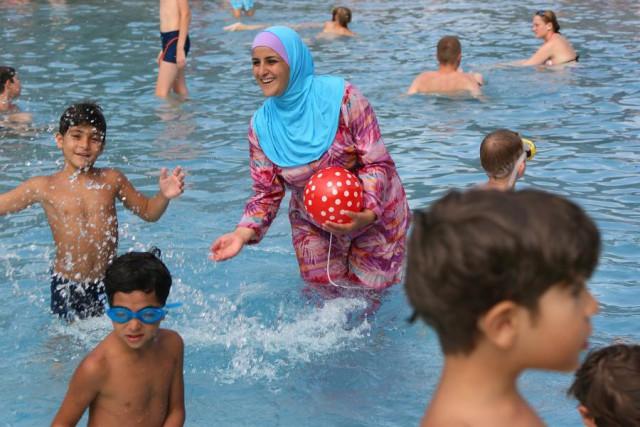 В Швейцарии купающихся в паранджах выгоняют из бассейна