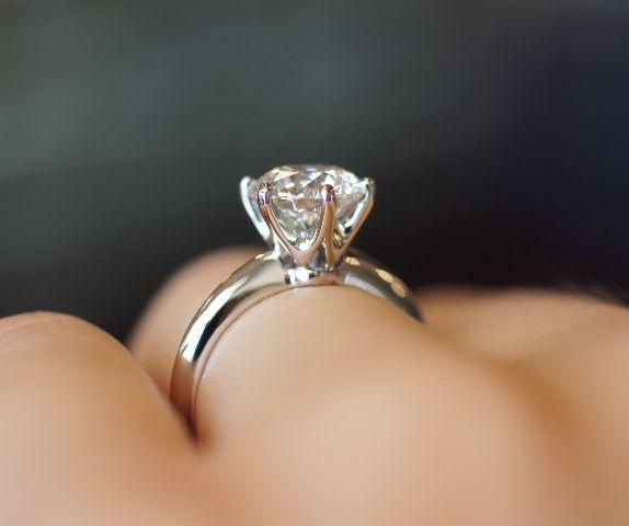 3. Классическое кольцо с бриллиантом.